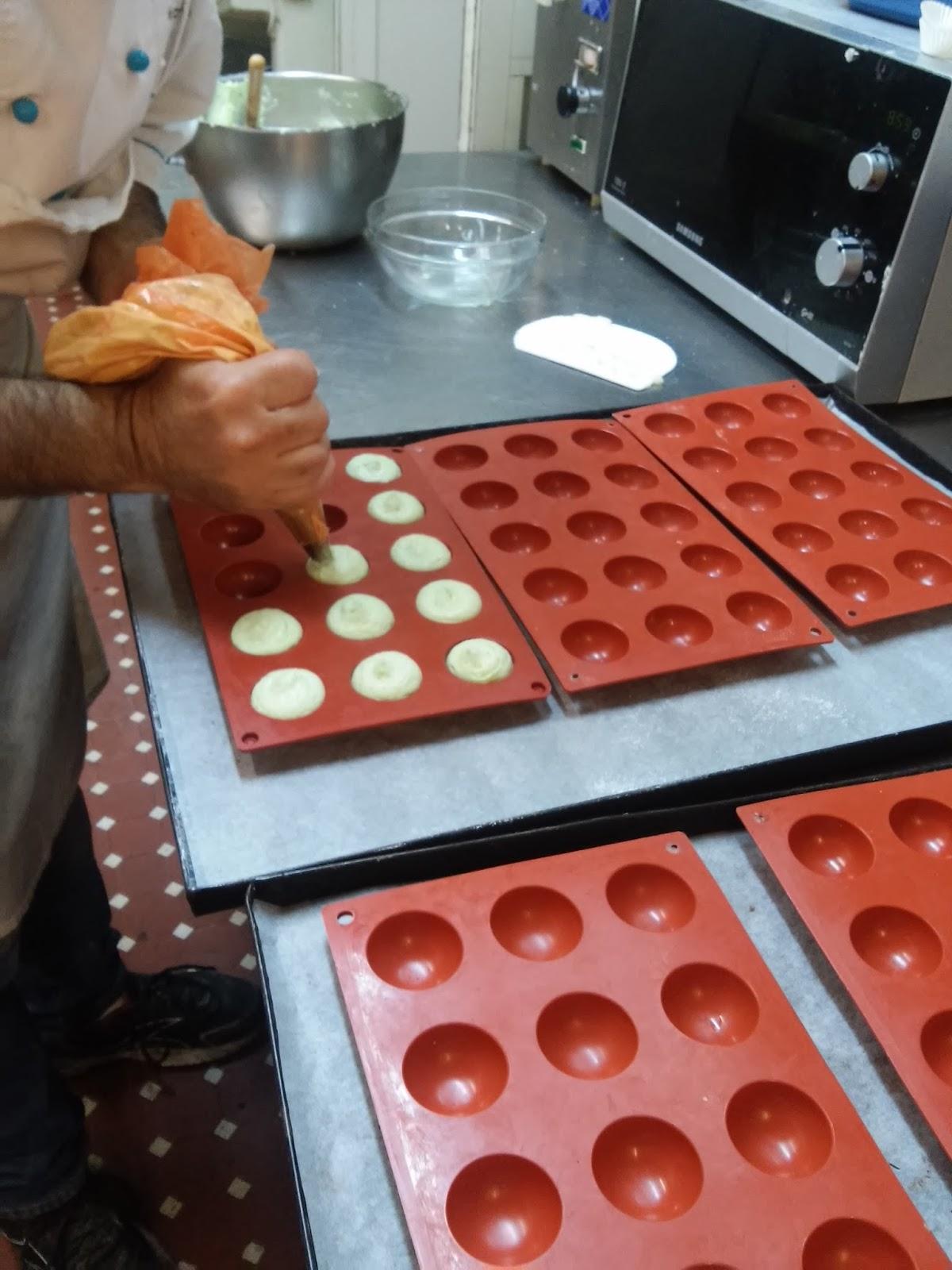 Mettere gli stampini ripieni in abbattitore o congelatore fino a completo  congelamento. Nel frattempo allungare la pasta frolla fino all\u0027altezza di 3  mm e
